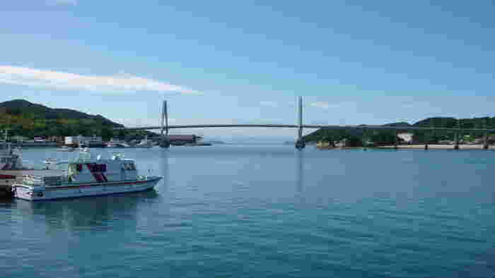 愛媛県弓削島と佐島を結ぶ弓削大橋は、1996年に架けられた全長980メートルの斜張橋です。瀬戸内海に浮かぶ島々と緩やかな弧を描いた橋が見事に調和し、素晴らしい景観美をつくり出しています。