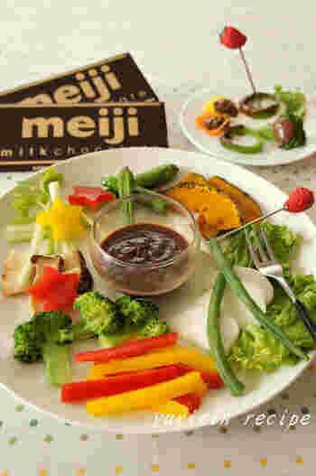 溶かしたチョコレートに野菜をつけて食べるという新しい楽しみ方。これなら野菜嫌いの人でも食べられそう。