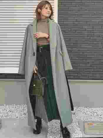 グリーンのきれいめロングコートは、そのバランスを思い切り楽しむため、コートと同等に長い丈のスカートを合わせて。バッグも深いグリーンを合わせて、ひとつ大人なグリーンコーデの完成!