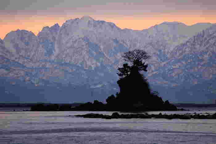 富山の雨晴(あめはらし)海岸。冬の晴れた日には、雪を頂いた立山連峰がまるで海からそびえ立つように堂々とした姿を見せます。世界でも数少ない貴重な冬風景だそうです。