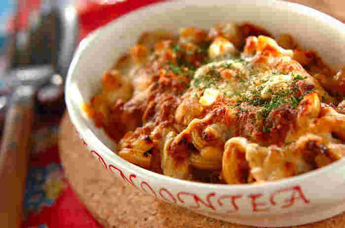 パスタはちょっぴり飽きたな~という人におすすめなのが、ミートソースを使ったグラタン。ホワイトソースと同じ要領で使うだけです。こんがり焼けたチーズの風味は、パスタとは違った味わいが楽しめます。