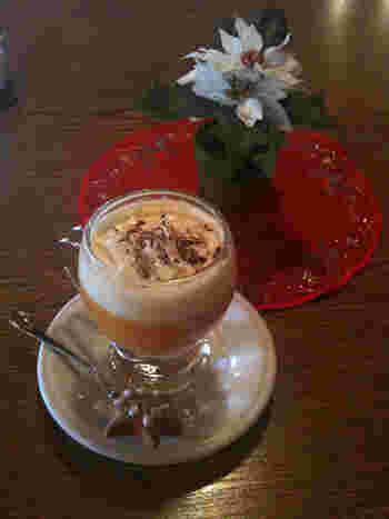 ラム酒やブランデーに卵のリキュールを加えてつくるイタリア版「Bombardino(ボンバディーノ)」。 たっぷりのホイップで仕上げます。