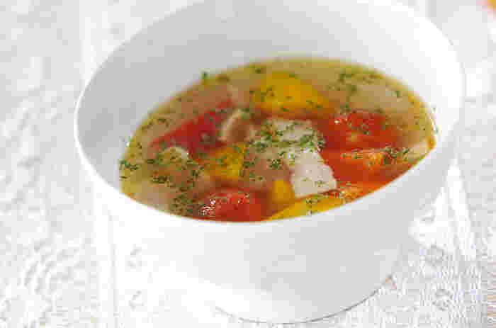 似たような形のピーマン・パプリカですが、パプリカのほうがピーマンより、ビタミンCの含有量が約2倍含まれています。ぜひスープにして、溶け出すビタミンCごといただきましょう。ちなみにパプリカは、脂溶性のビタミンA(βカロテン)も含む、優秀食材。  こちらは、パプリカの甘み、トマトの酸味が美味しいスープのレシピです。コンソメの素を使ってもよいですし、ほかのスープの素、出汁を使っても。ズッキーニなどを加えても美味しいですね。