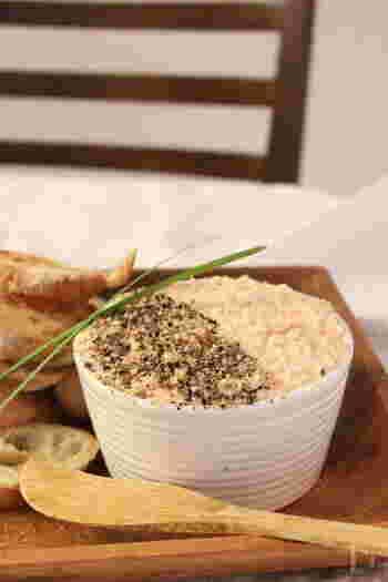 パーティーや記念日ディナーに、おしゃれなパテはいかがでしょうか?手が込んでいるように思えますが、ブレンダーを使えばとても簡単!  こちらは、スモークサーモン、バター、生クリームを撹拌して、塩こしょうで味を調えるだけ。バゲットやクラッカーにたっぷりのせて召し上がれ♪