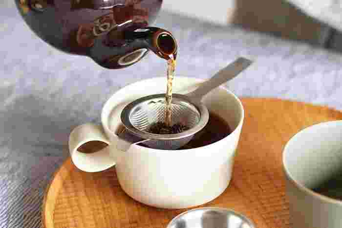 ステンレス製のスッキリとしたストレーナーは紅茶の本場、イギリス製。網の先にフックが付いているので、コップからずれ落ちにくくなっています。細かな編み目で小さな茶葉もしっかりキャッチしてくれます。