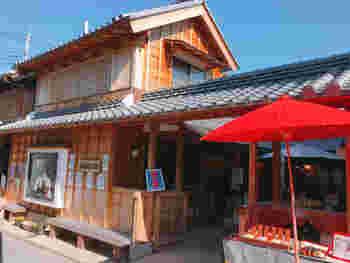 昭和13年創業の稲葉屋本舗。創業当時からの手作りの味を今も守っている人気のお店。温かみを感じるお店の雰囲気に、思わず立ち寄りたくなりますね。