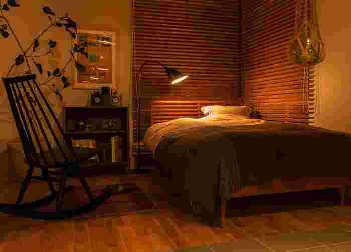 眠る1時間程前から蛍光灯などの明るい光から暖色系の柔らかな照明に切り替えましょう。  睡眠の質に関係しているといわれるホルモン「メラトニン」は明るいと抑制され、暗いと分泌が増えると言われています。  お部屋の灯りを間接照明にしたり、白熱電球にしてもいいですね。もちろん寝室も「寝るときは暗く」がお約束。寝る前もほんのりとした明るさに調整して過ごしましょう。