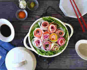 食卓にバラの花束のようなブーケ鍋。バラの作り方は、大根やニンジンなどの野菜をスライスして、豚肉と一緒に巻くだけ。周りに詰めた水菜が、ブーケの色合いをより引き立ててくれます。
