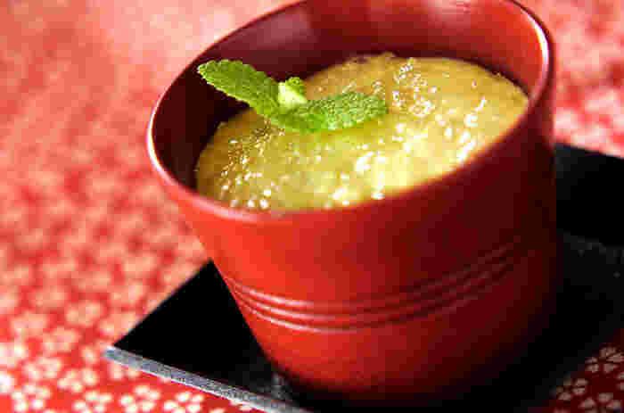 アボカドとクリームチーズをミキサーにかけてベースを作ります。この段階でかなり美味しそうですね。冷蔵庫で冷やして完成なので、お手軽に作れますよ。アボカドは変色しやすいので、切った段階でレモン汁を絡めておくと良いですよ。