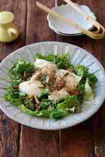 """体に良いと言われる""""ネバネバ食材""""のオクラとなめこの取り合わせで、栄養価がさらにアップします。お豆腐のなめらかな食感とも良く合う和風サラダです。"""