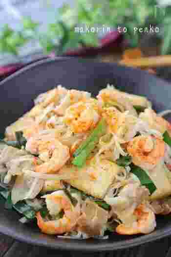 タイの焼きそば「パッタイ」は、タイの屋台でも親しまれている定番メニュー。 米粉を使ったモチモチとした麺も魅力。 定番の調味料ですが、オイスターソースや醤油、酢、砂糖など、家にある定番の調味料を組み合わせた、深みのある旨辛味があとを引きます。