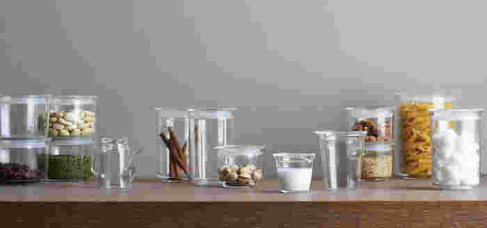 スマートで削ぎ落とされたフォルム、クリアな耐熱ガラスの質感が美しい、KINTO「CAST」シリーズ。冷蔵庫にしまっておくだけじゃなく「見せるキッチン」としても活用したくなりますね。