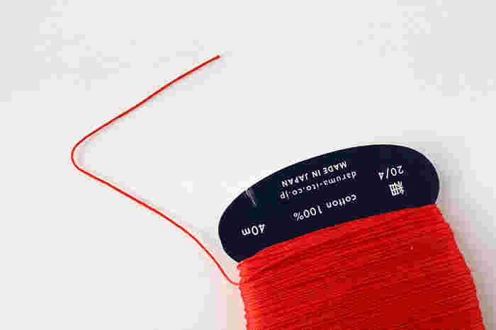 4本撚りで丈夫で撚りがほどけにくく、細かな柄から大きな柄まで刺しやすさもバッチリなうえに、収納もしやすいカードタイプの「刺し子糸(細)」。