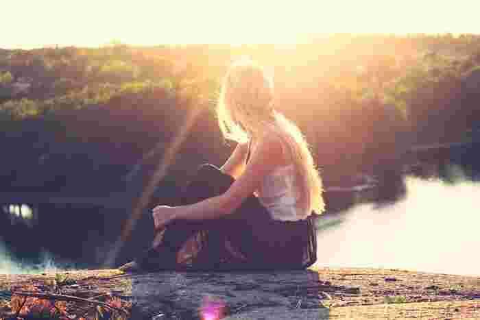 ヨガをするにあたっての8つの段階をヨガの専門的な言葉で言うと、「賢者パタンジャリによるヨーガ経典「ヨーガスートラ」における八支則」。簡単にいうと、ヨガを通してより良い生き方をするための8つの段階式訓練法です。