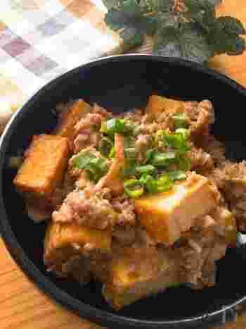 こってりとした味わいでご飯がもりもり進む、味噌ベースの厚揚げ麻婆です。電子レンジだけで作れるので、メインをササッと作りたい日にもおすすめ!ニンニクや生姜、小ねぎなどを使って香り豊かに仕上げてくださいね。
