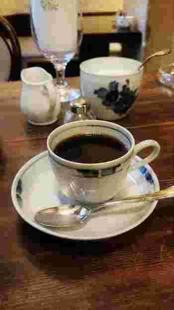 画像は『ブレンド』。 オールドビーンズを使ったコーヒーは1杯ずつ、ネルドリップによって提供されます。※豆は100gから購入できます。