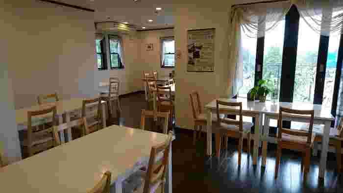 カフェスペースは2階にあります。大きな窓から見える仙石原の景色もステキですよ。