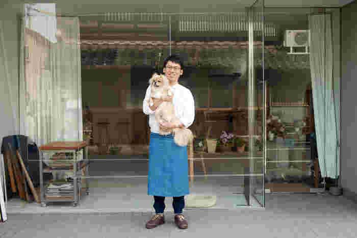 作業場の前で愛犬の「ちゃこ」ちゃんと一緒に。冨田さんに似てか、彼女もとっても食いしん坊さんなんだそうです