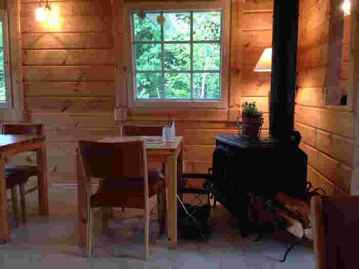 本格的な薪ストーブがあり、ナチュラルでやさしい雰囲気の店内。寒い季節には店内を優しくあたため、私たちを迎えてくれます。店内の間接照明が木のぬくもりをさらに感じさせてくれる素敵な空間。