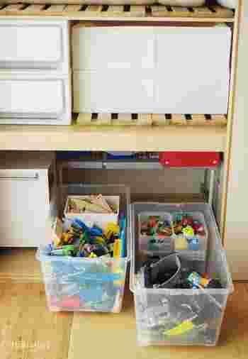 押入れのような奥行きがある収納におもちゃをしまう場合、取り出しづらいのが難点です。その点キャスター付きの衣装ケースにおもちゃを入れておけば、子どもでも楽に引き出して遊ぶことができます。  大きなおもちゃもしまうことができ、細かなおもちゃはスタッキングボックスに入れて一緒に収納。大きなおもちゃも、小さなおもちゃも、たくさん収納できるのが嬉しいですね!