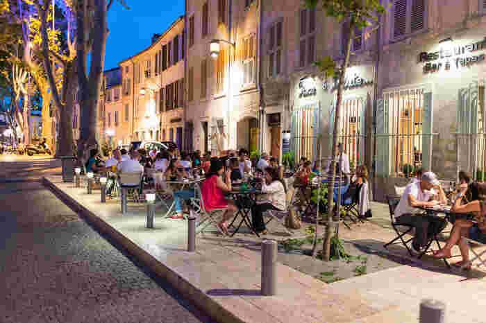 その一方で、旧市街中心部にはおしゃれなカフェやレストランがずらりと並んでおり、市民と観光客の活気で賑わっています。アヴィニョンは、中世の面影を残しながらも、賑やかで楽しい雰囲気を持つ魅力あふれる街です。
