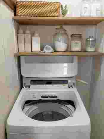 """梅雨に入ると""""部屋干し臭""""がいつも以上に気になるという人は多いのではないでしょうか。  気温や湿度が高くなると雑菌が繁殖しやすくなります。毎日洗濯機を回していても、残念ながら洗濯機そのものが菌の温床になっていることも。 臭いの元となることもあるので、洗濯槽のお掃除も定期的に行いましょう。"""