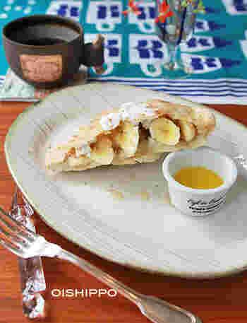 ピタパンに甘い具材を合わせても美味♪ピタパンを焼いて、バナナ&マスカルポーネを混ぜ、ケーキシロップであえたものを挟めば、デザートピタパンの完成です!溶かしバターを仕上げにたらして頂きます。