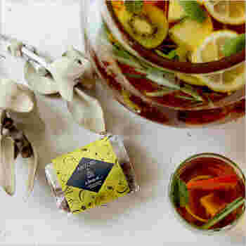 ルイボスティーにアプリコットやパイナップルなどをブレンドしたフレーバーティーです。夏らしい香りに心が癒されそう。ホットでもアイスでも楽しめます。フルーツを浮かべてフルーツティーにしても素敵です。