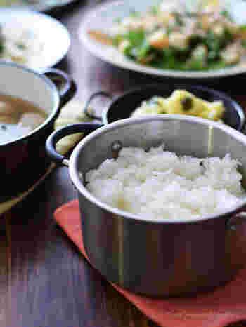 お米を1合だけ炊くときは、厚手の小さい鍋を使うと美味しく炊きあがります。蓋がしっかり閉まる直径15センチほどの鍋がおすすめです。鍋が小さいので、炊飯中に蓋を開けると温度が一気に下がってしまいます。できるだけ、蓋は開けずに炊飯するのが美味しく炊き上げるポイントです。