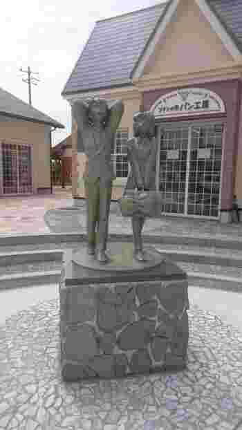 「青山剛昌ふるさと館」は、コナン駅(JR由良駅)から約1.4kmつづく「コナン通り」沿いにあります。そのコナン通りにはコナンの像があったりと、散策が楽しいところ。  2017年には「コナンの家 米花商店街」がオープン。コナンの町として盛り上げる北栄町に、愛着がわいてくること間違いなし♪