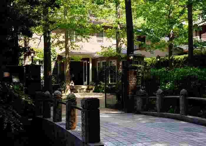 ここが北鎌倉であることを一瞬忘れてしまいそうになる素敵な外観です。まるでおとぎ話の世界のような佇まいです。