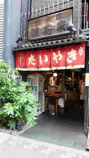たい焼きで有名な『浪花家総本店』。こちらのお店の2階はカフェになっていて、お茶をいただきながら焼きたてのたい焼きを待つことができます。お店は麻布十番駅から徒歩約3分のところにあります。