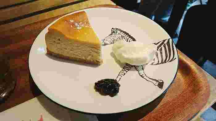 そんなフレーバーティーラテと一緒に味わいたいのが「チーズケーキ」。濃厚すぎないチーズの味わいとふんわり食感が、紅茶の風味とよくマッチします。砂糖不使用の「ノンシュガーチーズケーキ」や、黒ゴマ入りの「ブラックチーズケーキ」も人気。ホッと一息つきたいアフタヌーンティーにいかがでしょうか。