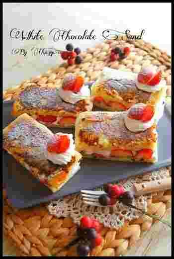 食パンに溶かしたホワイトチョコを塗って、表面をカリッとさせた簡単ケーキです。とても面白い食感のケーキで、話題性も抜群です。