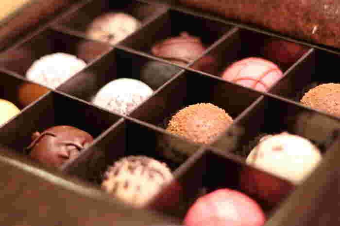ちょっと疲れた時やひと息つきたい時、チョコレートをつまむと元気が出たりリフレッシュできたりしますよね。 味はもちろん、見た目も可愛いチョコレートは幸せな気分を運んできてくれます。