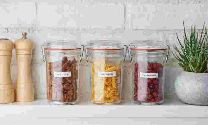 例えば調味料ケースのラベリングに。フィルムタイプなら水に濡れやすいキッチンでも安心して使えます。