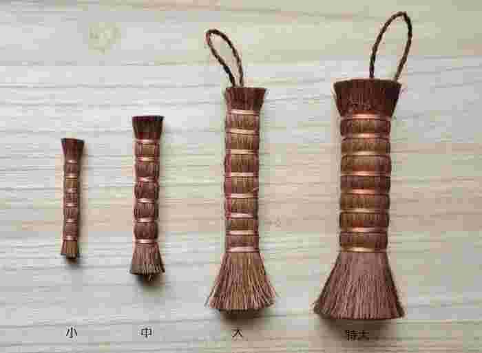 見慣れない「棒状たわし」ですが、明治時代以前はこの形が一般的でした。天然繊維の棕櫚(シュロ)を使用し、適度にしなってコシがある棒たわしは、洗剤のなかった時代からの重宝された掃除道具。万能で、汚れ落としの達人なんです。