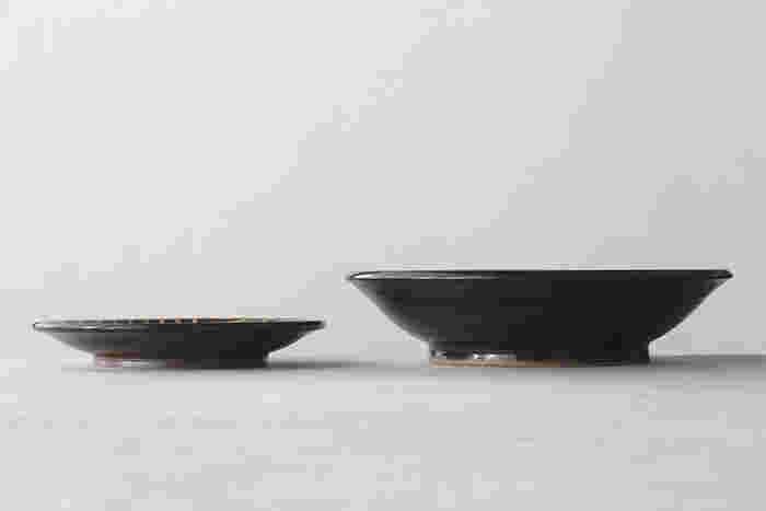 サイズは2種類。取り皿にちょうどいい約φ155×H20~30mmの「5寸」と、深さのある鉢状で、カレーやシチュー、煮物など、汁気のある料理にも適している約φ215×H50mmの「7寸」。それぞれ横から見ると、高台から縁への立ち上がりの角度は「7寸」の方が大きいため、深さがあることがわかります。