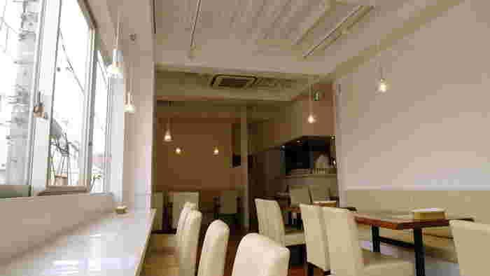神楽坂上の交差点のそばのビル2階にある「フレンチ前菜食堂 ボン・グゥ 神楽坂」。白を基調した店内は明るく、女性を中心にいつも多くのお客さんでにぎわっています。