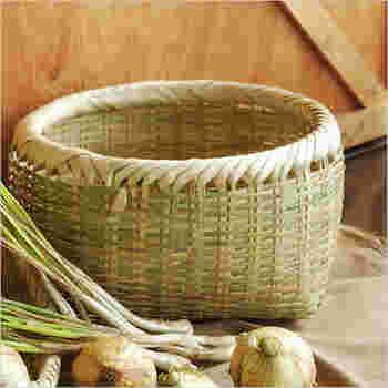 じゃがいもなどの常温保存の野菜は、こんな風情のあるかごに入れておくといい雰囲気。こちらは、「しちなり(七成り)かご」といって、7つの用途をもつという意味。収納・保存・持ち運びなど使いみちもさまざまな暮らしのかごです。