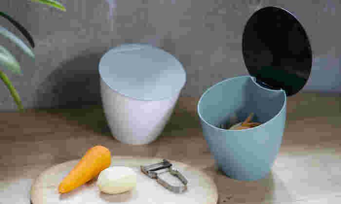 作業スペースに置けるコンパクトなゴミ箱。絶妙な傾きによって中が見やすく、開け閉めしやすい構造になっています。生ゴミをさっと捨てるのに便利!