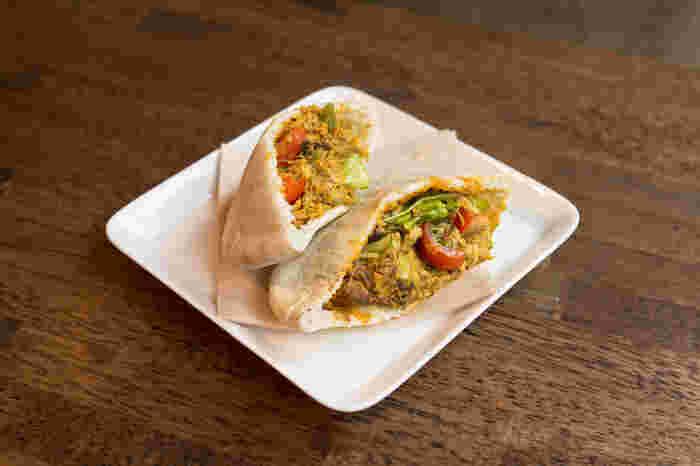 ふんわりとしたピタパンに、オリジナルスパイスで味付けしたサバのムニエル、野菜を詰め込んだポケットサンドも人気です。