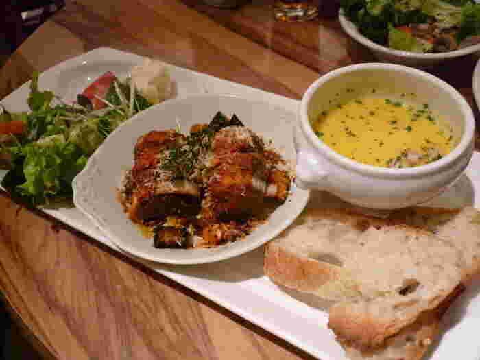 メニューは、3種類のメインディッシュからお好きなメインディッシュを一品、十六穀米またはライ麦パンまたはグリーンサラダから一品などが提供されます。