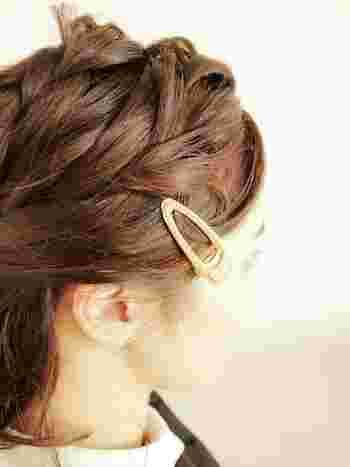 前髪が少し伸びてきたら、クリップで留める前にくるんとひと巻き。おさまりが良くなって、見た目にもキュートです♪