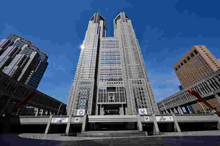 都政の中心を担う場所「東京都庁」は、実は観光客にも人気のスポット。テレビなどでおなじみのこちらの建物は「第一本庁舎」で、45階には東京を一望できる展望室があります。また、休憩にぴったりのカフェや、東京の特産品を扱うショップ、観光情報センターなど、見学者が気軽に利用できる施設も揃っています。