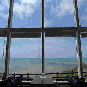 椿サロンは現在は北海道に4店舗あり、どこも素敵なカフェですが、日高管内新冠町(にいかっぷちょう)の店舗は大きな窓から見える一面の海の眺めが素晴らしいと評判です。