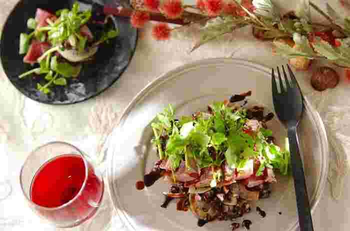 黒米をサラダなどに散らすと、栄養的にアップするだけでなく、印象的な黒紫色が色彩のポイントになって、美しいできあがりに。また、プチッとした黒米は食感のアクセントにもなります。