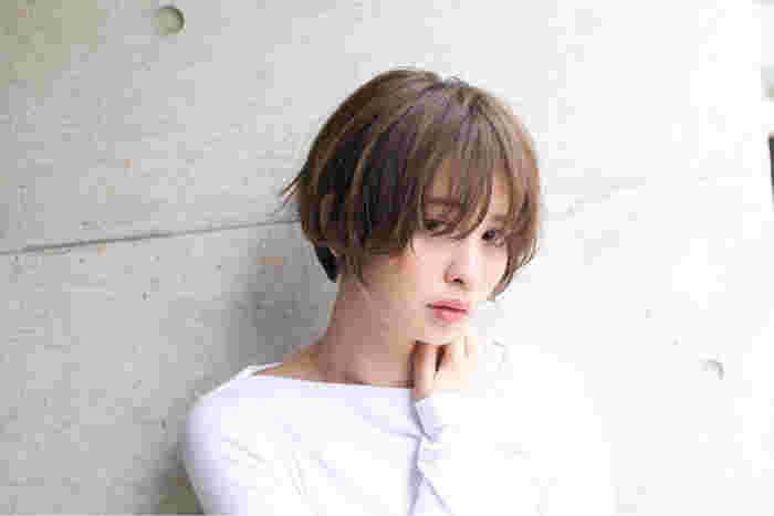 目にかかるほど長い前髪が色っぽいうざバング。8:2で分けたりヘアアイロンで巻いて動きを加えると、華やかで女性らしい雰囲気になりますね。
