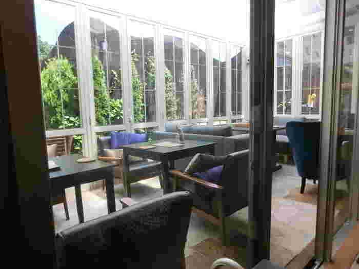 陽の光が差し込むソファ席は、明るくて気持ちの良い空間。おしゃべりを楽しみながら、ゆったり過ごせそう。
