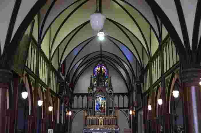 教会内は天井が高く荘厳な雰囲気となっています。正面、サイドに美しいステンドグラスがはめ込まれています。